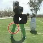 バックスイングで右ひざが粘ることで捻転力が生まれ飛距離アップを可能とする